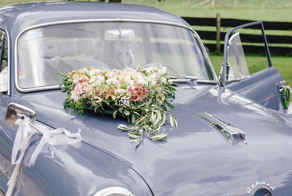 Hochzeitsblumen auf dem Hochzeitsauto von Maryflowers
